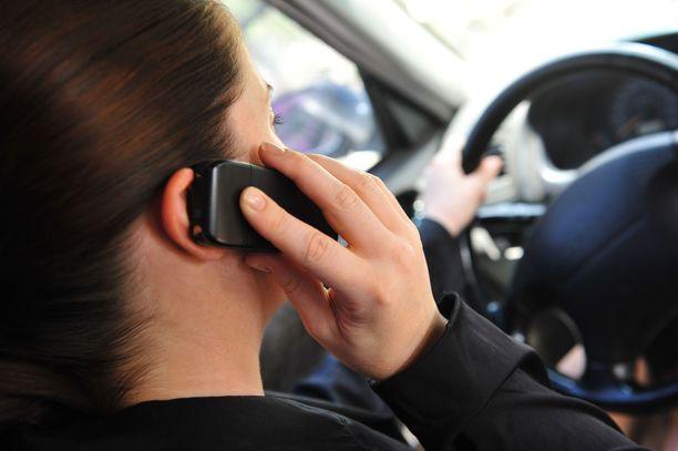 Kännykkä korvalla tai kädessä ajon aikana johtaa vähimmillään satasen virhemaksuun