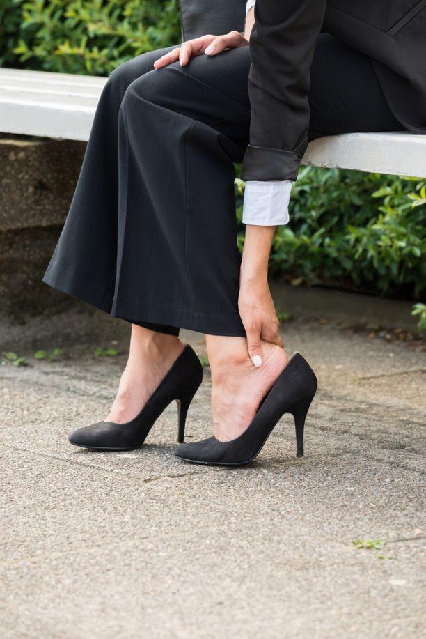 Alkoholi, lääkkeet, tulehdukset tai veritulppa voivat turvottaa jalkoja.