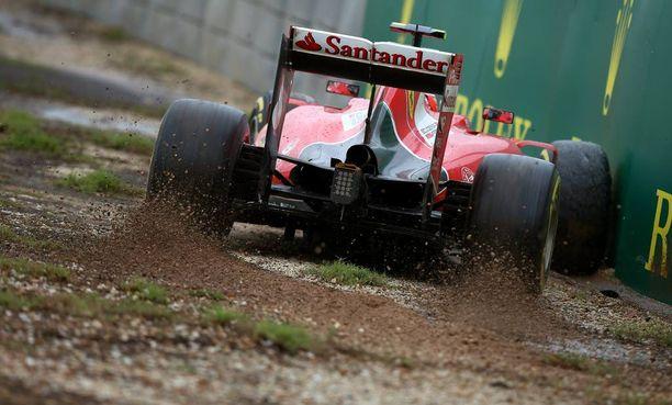 Kimi Räikkönen on kirjaimellisesti kyntänyt Sebastian Vettelin rinnalla.