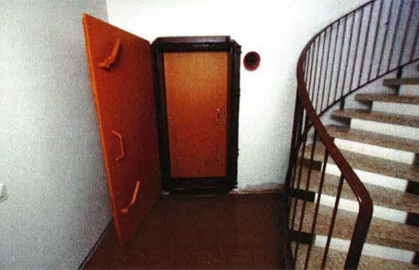 Lähikuva Kirkkokadulla sijaitsevan talon kellarikerroksen häkkivaraston ovesta.