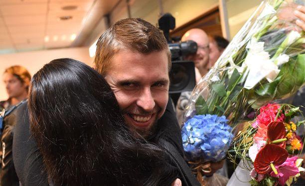 Antti Ruuskanen pääsi lentokentällä avovaimonsa syleilyyn.