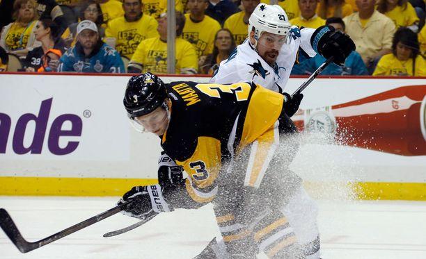 Olli Määttä ja Joonas Donskoi taistelivat kiekosta.