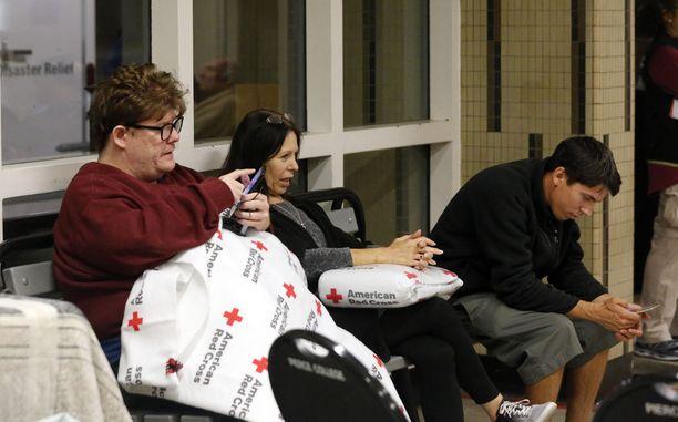 Woolsey-maastopaloa pakoon lähteneet asukkaat odottavat uutisia perheenjäsenistään ja ystävistään yhdessä osavaltion evakuointikeskuksista.