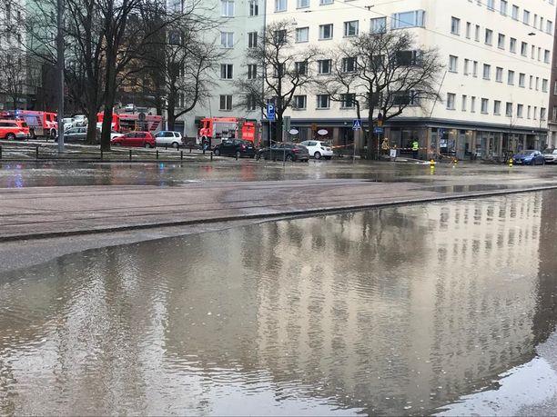 Vettä valuu kaduille ja kiinteistöihin Harjutorilla ja Helsinginkadulla.