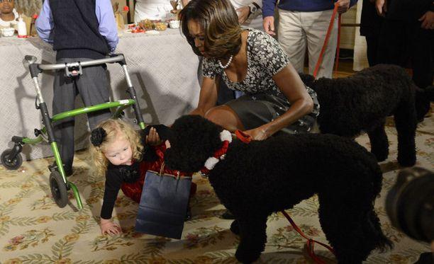 Michelle Obama riensi auttamaan tyttöä.