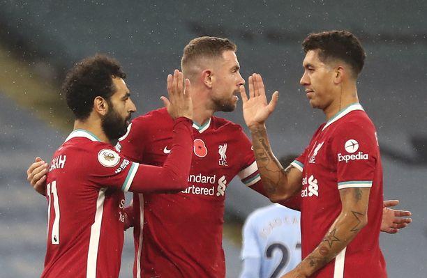 XG-mittareilla Liverpool johtaa Valioliigaa. Tuleeko otteisiin parannusta? Mohamed Salah, Jordan Henderson ja Roberto Firmino juhlivat maalia Manchester Cityä vastaan.