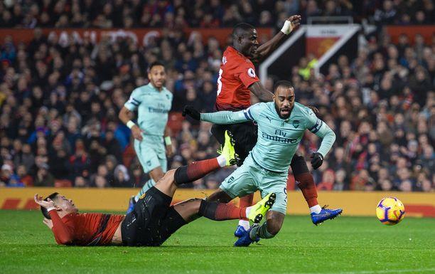 Kuvassa keskellä Arsenalin Alexandre Lacazette Valioliiga-kierroksella keskiviikkona.