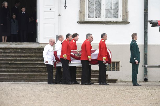 Prinssi Henrikin arkku siirrettiin Fredensborgin linnasta pois. Oviaukossa on kuningatar Margareeta lastenlastensa kanssa.