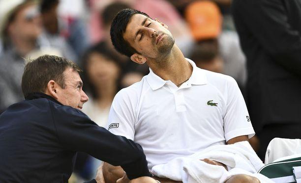 Novak Djokovicin paikkoja huollettiin ennen kuin hän jätti ottelun kesken.
