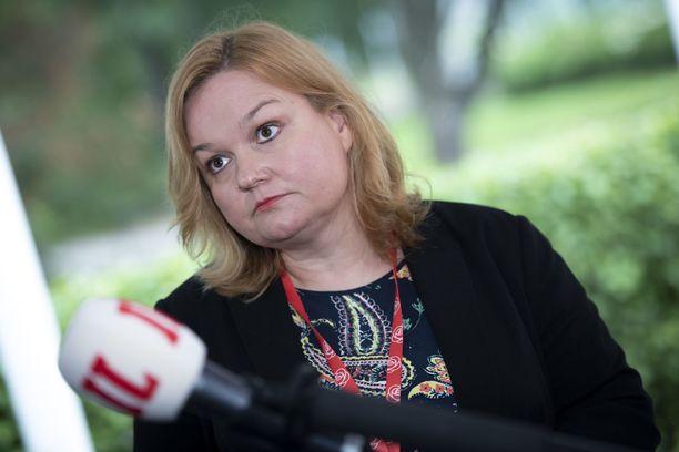 Perhe- ja peruspalveluministeri Krista Kiuru yrittää runnoa sote-esitystä läpi.