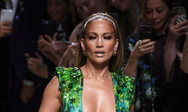 """Jennifer Lopez esiintyi Milanon muotiviikoilla kuuluisassa Versacen """"viidakkomekossaan"""", joka aiheutti valtavan kohun vuoden 2000 Grammy-juhlissa."""