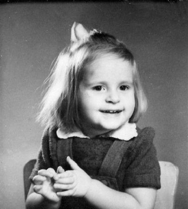 Tässä olen kaksvee. Vastasyntyneenä olin heittää henkeni. Äiti ihmetteli, miksei lapsi herää huutamaan nälkäänsä. Hän meni katsomaan, ja meikäläinen oli melkein kanttuvei. Liekö ollut lähes kätkytkuolema vai mikä. Isoäiti otti ja ravisti hirveästi, ja henki rupesi taas kulkemaan. Matkalla sairaalaan minulle tehtiin hätäkaste. Minusta tuli Eeva Autero. Kun äiti erosi, nimi muuttui Eva Marjaana Polttilaksi. Etunimestä tipahti toinen e.