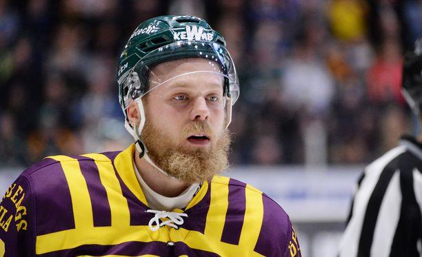 Färjestadin Antti Tyrväinen saattaa saada sakot filmaamisesta.