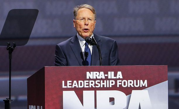 Yhdysvaltain aseharrastajien etujärjestö NRA on taipumassa puoliautomaattiaseiden lisäosia koskevien lakien tiukentamiseen. Kuvassa NRA:n johtohenkilöihin lukeutuva Wayne LaPierre.