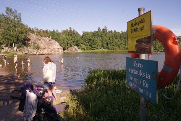 Lasten uimisen valvominen on tärkeää hukkumisten estämisessä. Pikkukosken kaltaisilla äkkisyvillä rannoilla ihminen voi kadota näkyvistä huomaamatta.