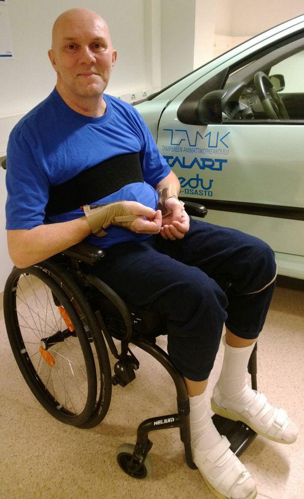 Neliraajahalvaantunut muusikko Jari Grek haaveilee pääsystä sairaalan neurologisen kuntoutusosaston eteisessä olevaan autosimulaattoriin. -Aion vielä nousta yleisön eteen, Jari katsoo päättävästi toimittajaa silmiin.