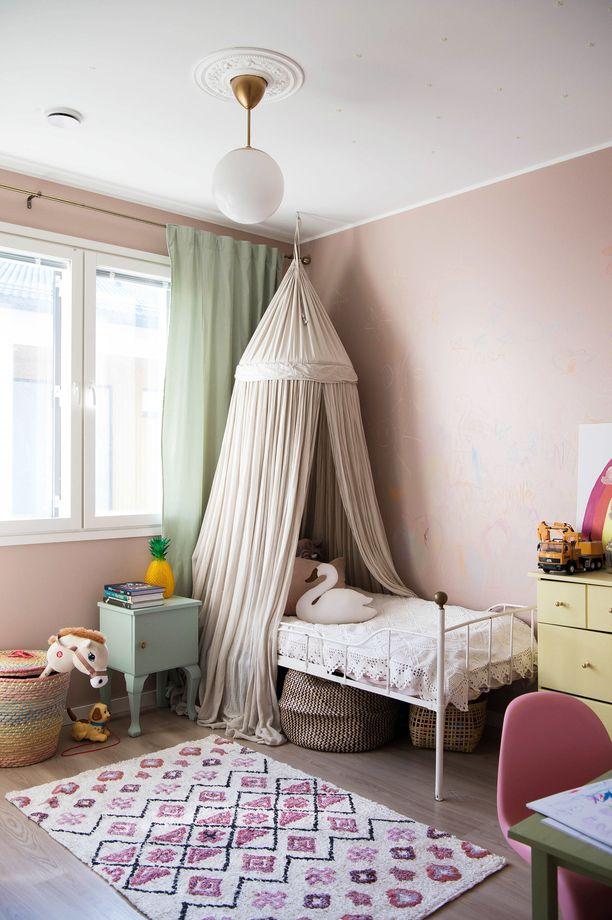 Kolmevuotiaan tyttären huone on sisustettu boheemin romanttisesti. Irene on itse nukkunut lapsena samassa sängyssä. Tyttären huoneen seinä on liitutaulumaalia.