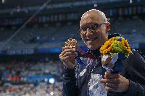 Matti Mattsson esittelee voittamaansa näiden kisojen Suomen ensimmäistä mitalia.