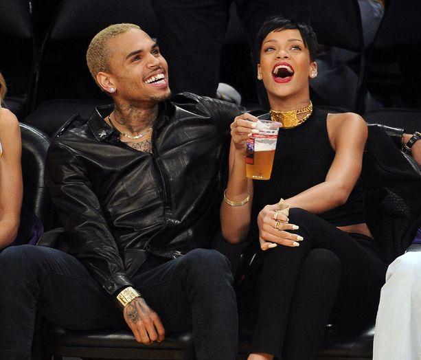 Rihanna antoi anteeksi pahoinpitelyn ja pariskunta kuvattiin jälleen läheisinä vuonna 2012.