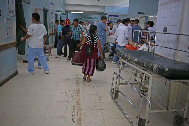 Verijäljet näkyivät lattiassa Guatemala Cityn Roosevelt-sairaalassa iskun jäljiltä.