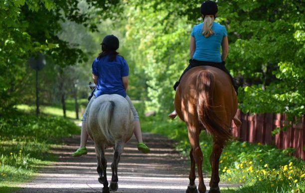 Tytöt ratsastamassa.