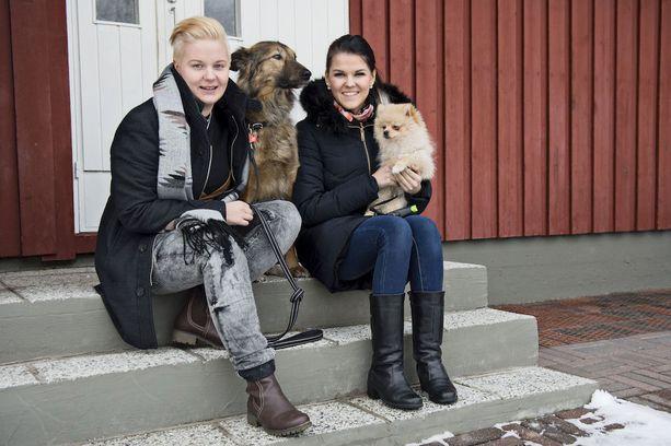 Saara Aalto ja Meri Sopanen muuttivat ensimmäiseen yhdessä omistamaansa kotiin Järvenpäässä vuosi sitten.