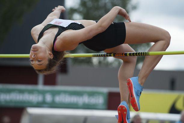 Ella Junnila hyppäsi aiemmin tällä kaudella SE-luvuiksi 195.