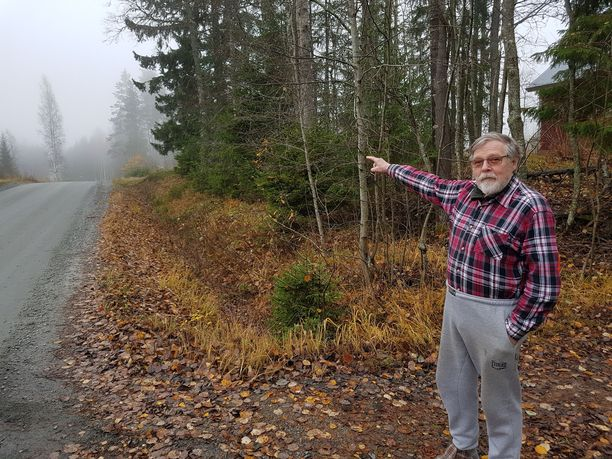 Esa Lavikka näyttää kotitalonsa lähistöllä onnettomuuspaikkaa.