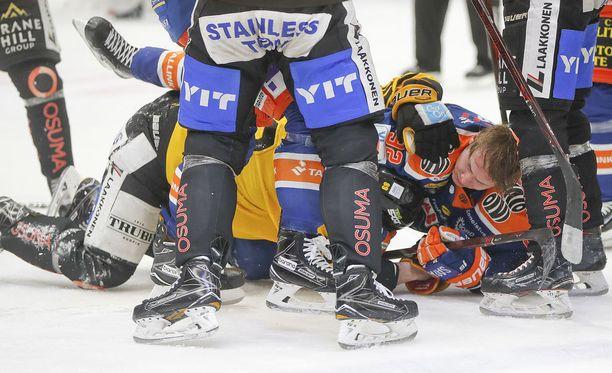 Tapparan Sebastian Repo ja KalPan Jerry DŽAmigo muodostivat kiivaimman taisteluparin Tampereen pudotuspeliavauksen pienimuotoisessa joukkotappelussa.