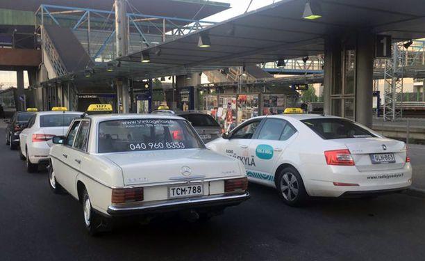 Vintage-taksi tolpalla ei miellytä muita takseja, mutta laki suojelee vintagea.