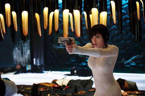 Johansson kohtasi kritiikkiä esiintyessään Ghost in the Shell -elokuvassa, jonka tarina sijoittuu alun perin Japaniin.