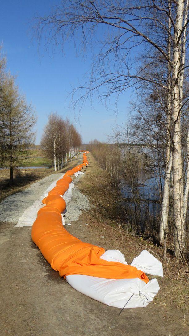 Tornionjoen tulvapenkereitä vahvistetaan parhaillaan noin sadan henkilön voimin. Jos kaikki menee suunnitellusti, vahvistukset ehkäisevät pahat tulvatuhot.