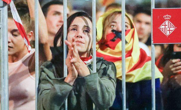 Ihmiset odottivat kansanäänestyksen tuloksia Barcelonan keskustassa.