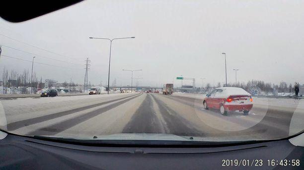 Äärimmäisen vaarallinen tilanne moottoritiellä: auto on pysähtynyt keskelle kaistaa.