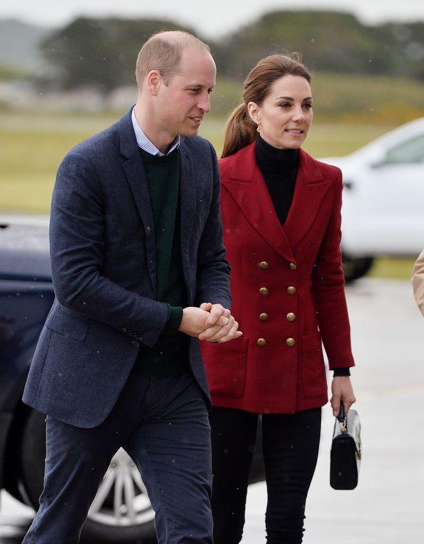 Prinssi William ja herttuatar Catherine odottavat tuoreen kuninkaallisvauvan näkemistä.