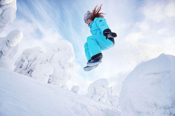 Puhdas, syvä ja pehmeä lumi kutsuu kävijää tunturissa. Tässä kinokseen hyppää saksalainen Ana.