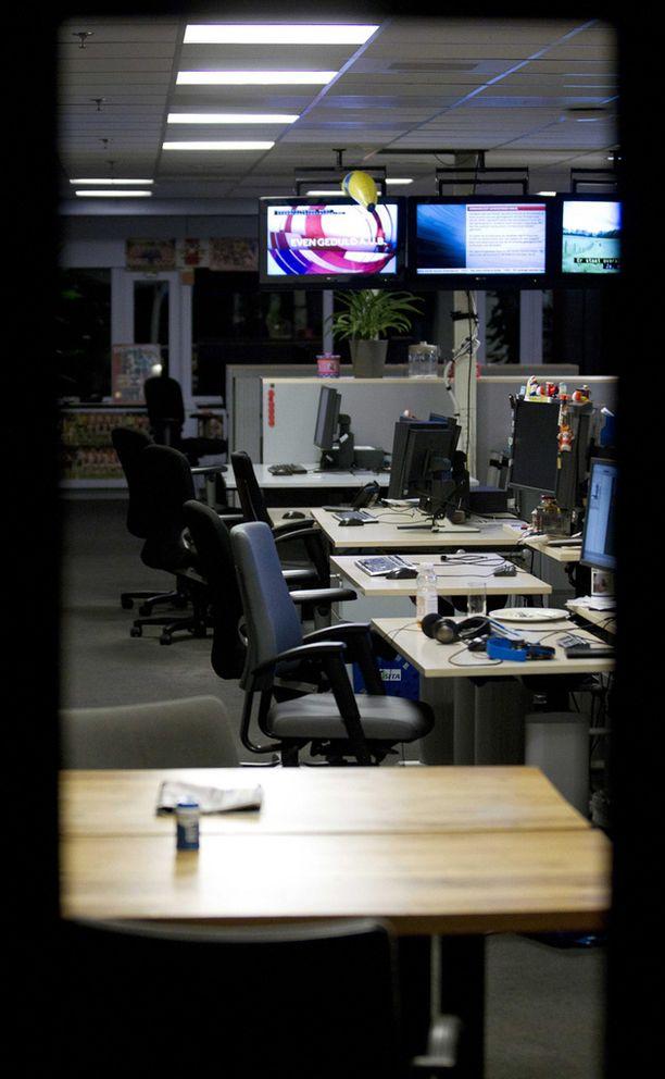 NOS:n evakuoitu uutistoimitus oli tyhjillään välikohtauksen jälkeen.