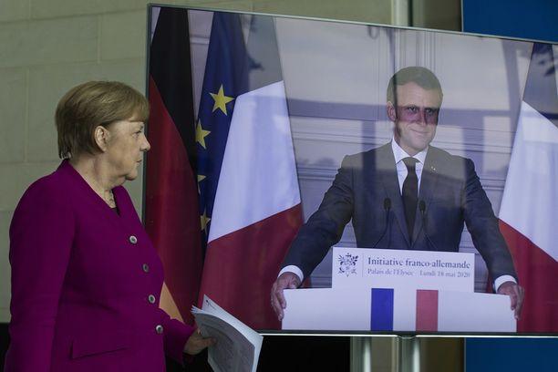 Saksan liittokansleri Angela Merkel ja Ranskan presidentti Emmanuel Macron esittelivät maanantaina ehdotuksensa 500 miljardin euron elvytysrahastosta, josta avustettaisiin koronkriisistä pahimmin kärsineitä EU-maita,
