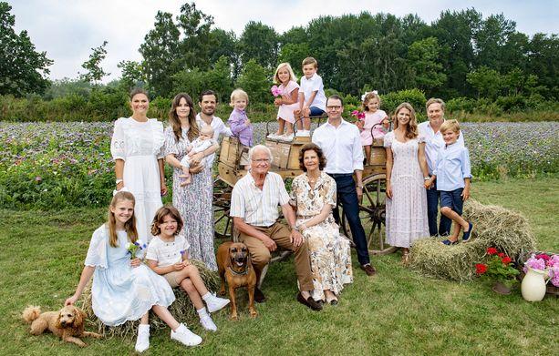 Ruotsin kuninkaalliset ikuistettiin pitkän tauon jälkeen samaan perhepotrettiin.