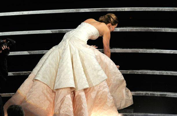 Jennifer Lawrence kaatui portaita vasten.
