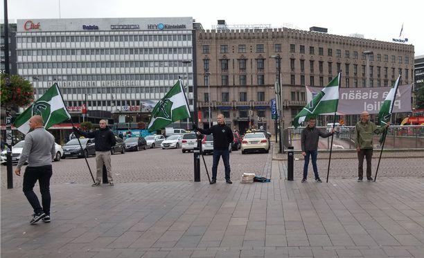 SVL:n aktivisteja Helsingin Asema-aukiolla.