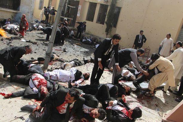 POMMIRÄJÄHDYS PAKISTANISSA Asianajajat auttavat haavoittuneita kollegoitaan Quettassa Pakistanissa elokuussa. Räjähdys tapahtui sairaalan ulkopuolella, jossa joukko lakimiehiä oli suremassa vain joitakin tunteja aiemmin salamurhattua lakimiestä Bilal Anwar Kasia. Ykkössija yksittäisten uutisten sarjassa.