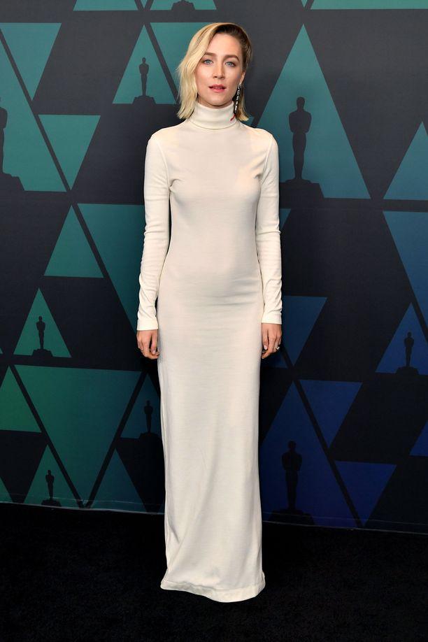 Saoirse Ronan pukeutui Calvin Kleinin pelkistettyyn mekkoon.