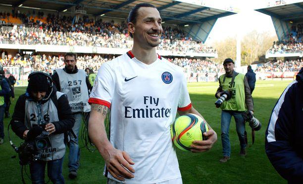 Zlatan Ibrahimovic marssi sunnuntaina nurmelta pallon kanssa.