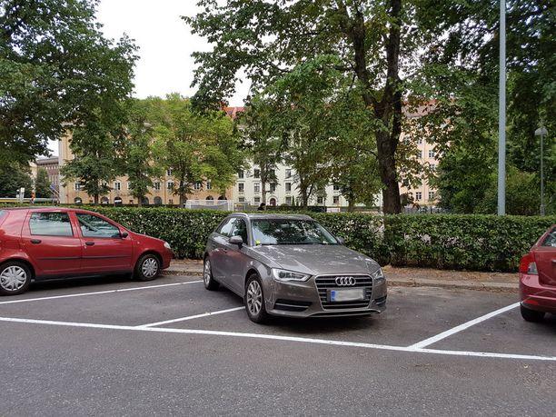 Helsingissä autoja siirretään kunnossapitotöiden vuoksi. Töölössä viime viikolla autoja kuljeteltiin tiuhaan parkkiruutujen maalauksen tieltä.