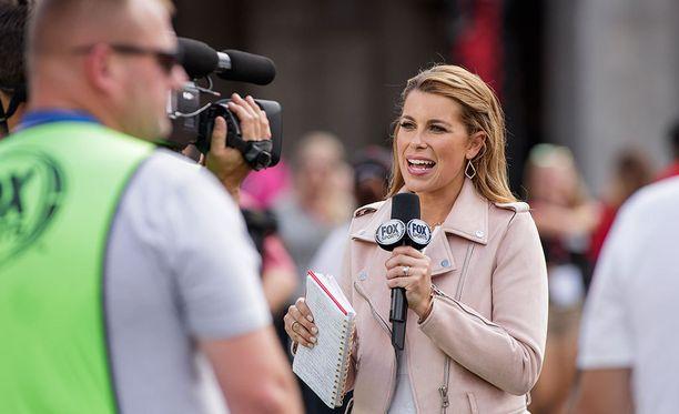 Urheilulähetysten juontajina näkyy yhä enemmän naisia. Arkistokuvassa Fox Sportsin Jenny Taft juontamassa yliopistoliigan jalkapallopeliä Yhdysvalloissa.