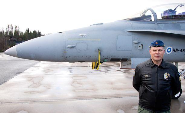 Yhdysvaltain hävittäjäkoneiden tekninen vika aiheutti ongelmia Suomen ja USA:n yhteisharjoituksessa keväällä 2015. Kuvassa everstiluutnantti Antti Koskela Satakunnan lennostosta.