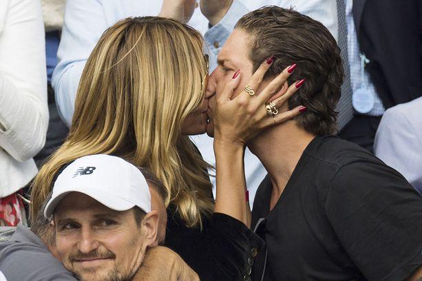 Heidi Klum ja Vito Schnabel herättivät huomiota kiihkeällä suutelullaan.