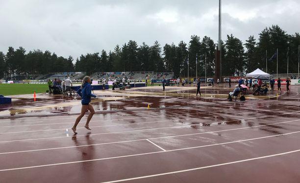 Kova sade kasteli Harjun stadionin yleisurheilukentän lauantai-aamupäivällä.