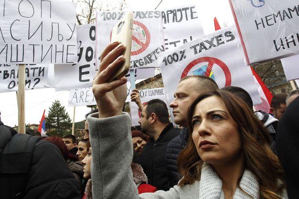 Tuhannet serbit osoittivat mieltään Kosovon asettamia tulleja vastaan.